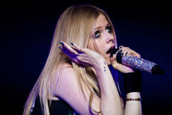 http://img15.imagevenue.com/loc43/th_430317629_52213_avril_lavigne_performing_live_in_moscow_15_11_122_43lo.jpg