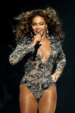 Apparitions 2008-2009 - Page 4 Th_98560_beyonce_Celebutopia_net_5195_122_53lo