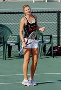 http://img15.imagevenue.com/loc579/th_441290413_Sharapova_training_2006_05_122_579lo.jpg